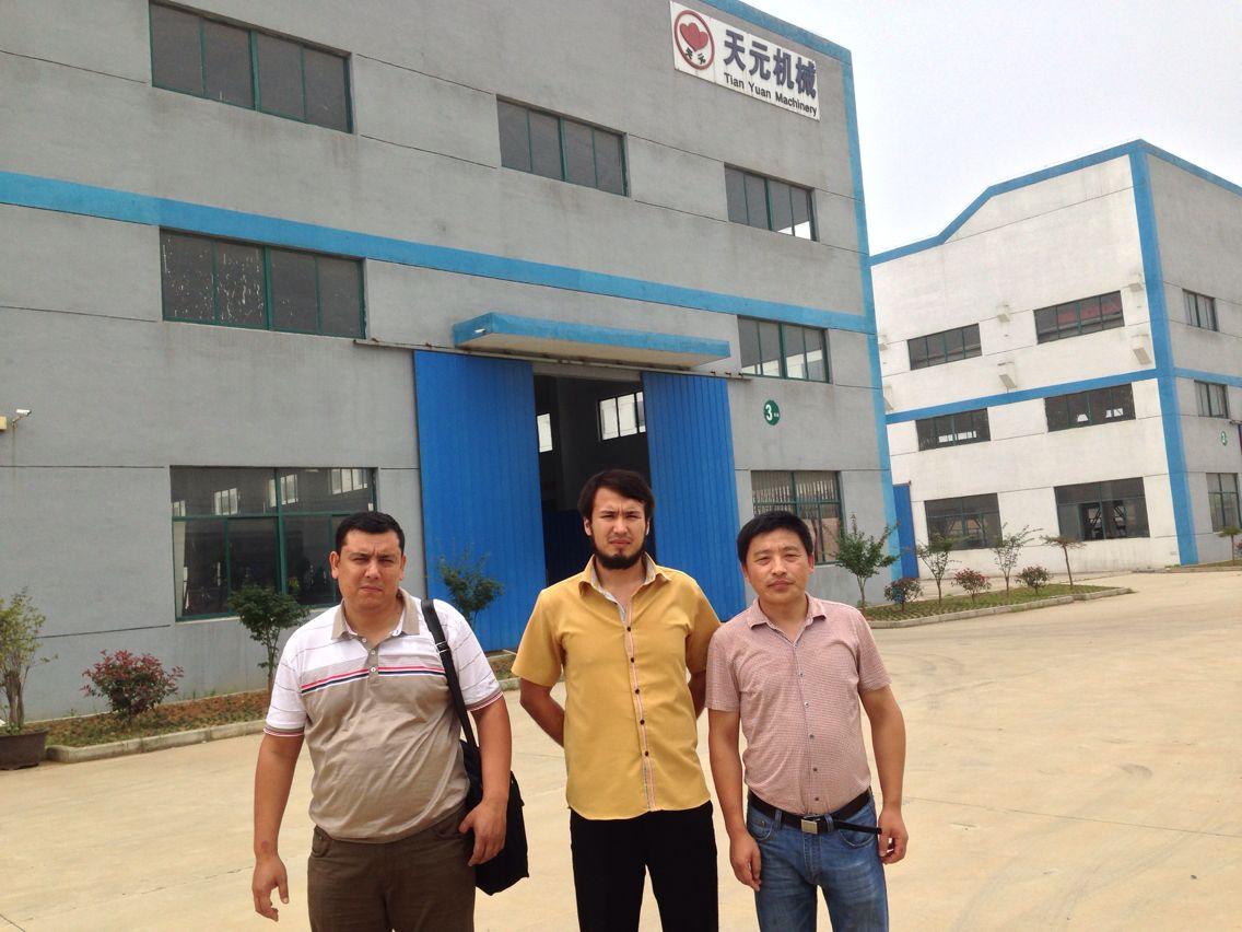 Узбекистанские клиенты на приемке линии по производству иглоукалывающего хлопка ZCM-1